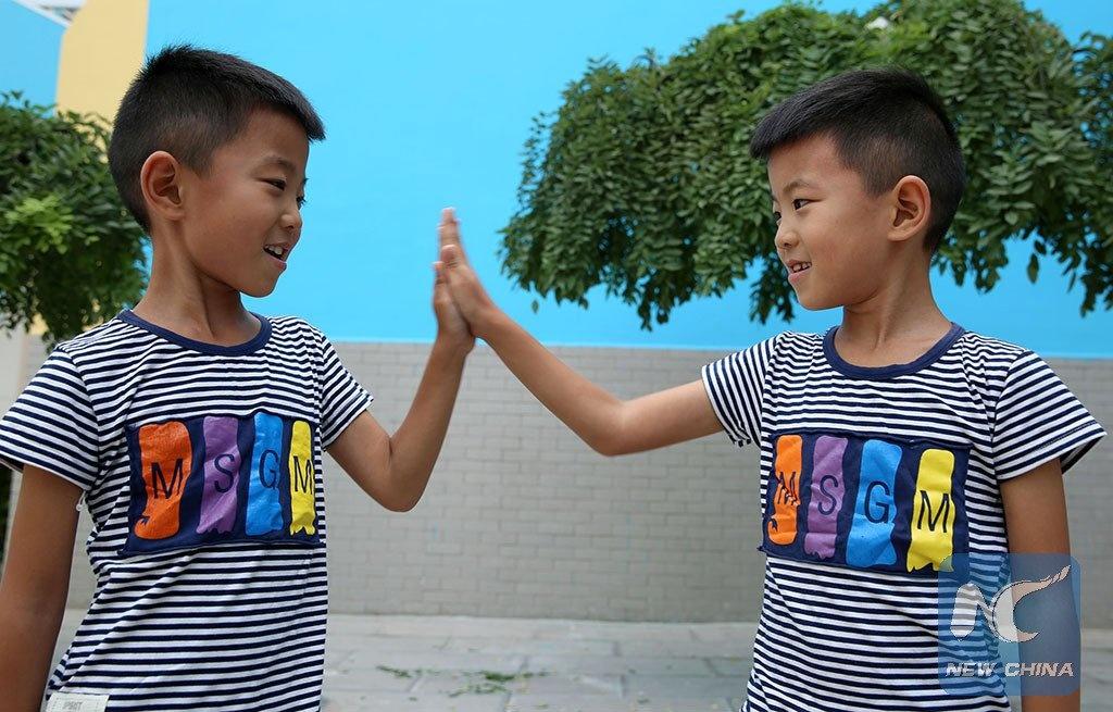 В КНР семь пар близнецов пошли водин первый класс