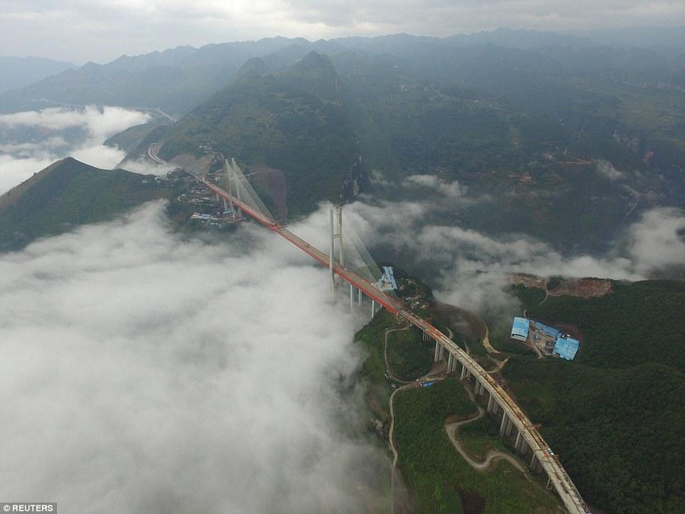 В «Поднебесной» официально открыли самый высокий мост вмире— Дух захватывает