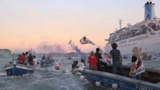 Граждане  Венеции налодках непускали лайнер