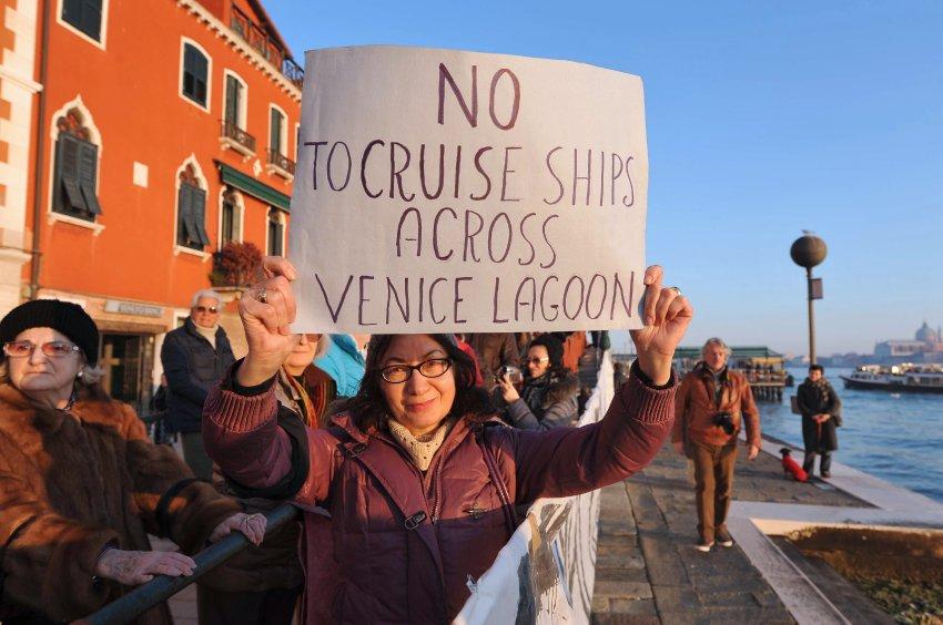 Массовую акцию протеста венецианцев налодках сняли навидео