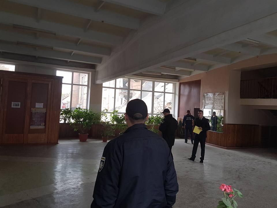 Cотрудники экстренных служб разобрали верхние этажи школы— Обвал вВасилькове