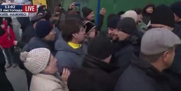 Вкладчики «Михайловского» перекрыли Крещатик: произошла потасовка сполицией