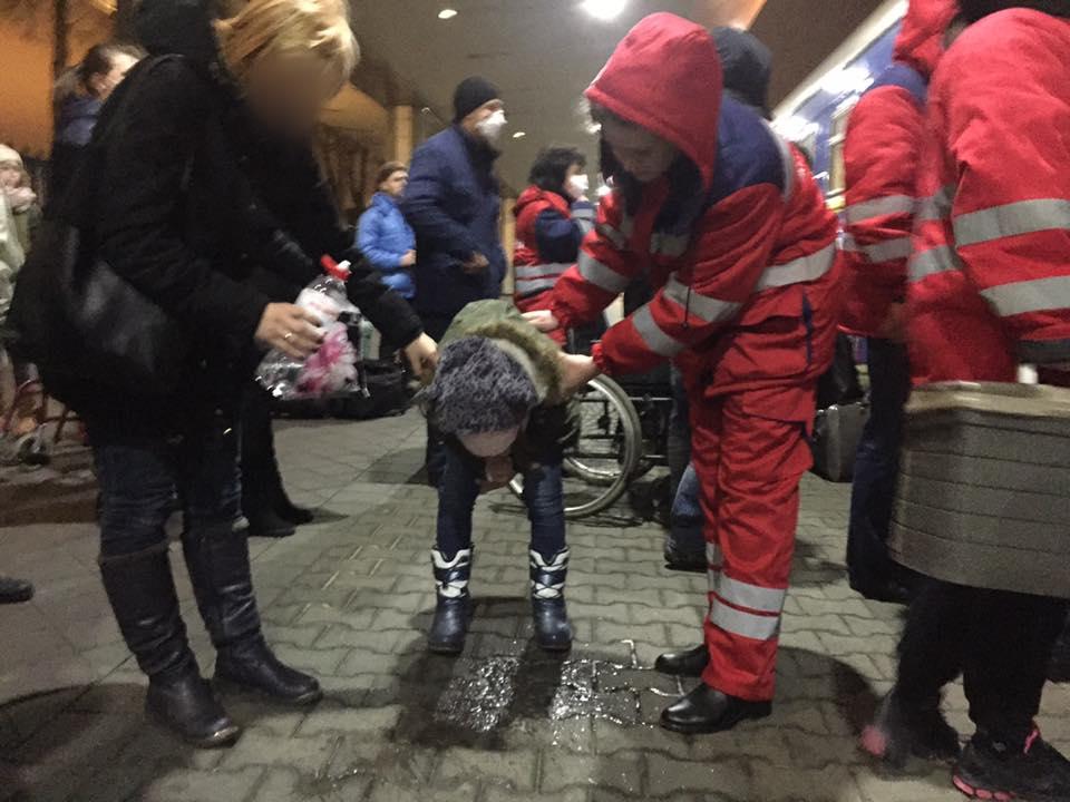 Детей тошнило среди вокзала: стяжелым отравлением 18 молодых людей сняли споезда