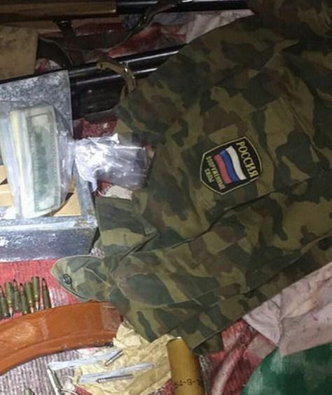 НаХарьковшине уэкс-чиновника обнаружили арсенал оружия ироссийскую военную форму