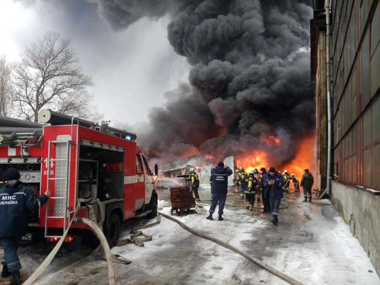 ВКиеве наПодоле начался масштабный пожар, над городом столб дыма