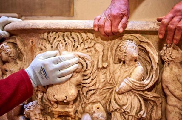 Фото: Древнеримский саркофаг использовали, как горшок для цветов