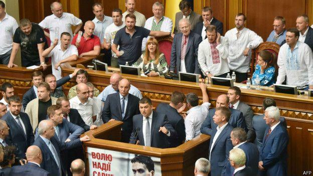 Под парламентом открыли памятную доску погибшим вовремя теракта нацгвардейцам