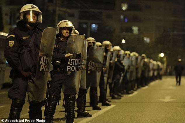 13 тыс. демонстрантов направились кпосольству США вАфинах
