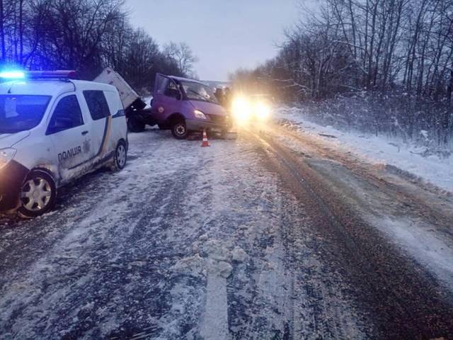ВоЛьвовской области легковушка влетела вавтобус: есть пострадавшие