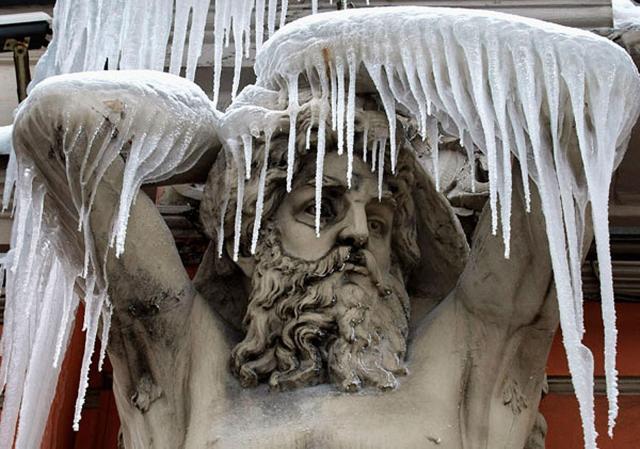 Отпадения сосулек вКиеве пострадали 12 человек— Зима атакует
