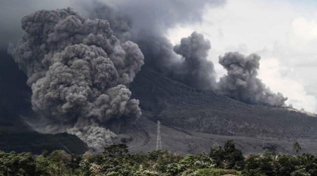 Накурорте вИндонезии разбушевался вулкан Синабунг: идет эвакуация