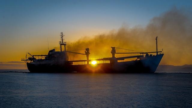 Під час зіткнення танкера і суховантажу біля берегів Китаю зникли десятки людей